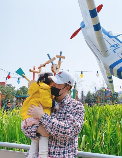 陈赫一家游迪士尼 画面实在太温馨